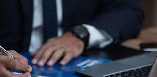 אחד השלבים המוקדמים הנדרשים על פי חוק הוא פרסום מודעת כונס נכסים. לרוב יפורסמו מודעות כונס הנכסים בעיתונים יומיים גדולים או במקומונים כאשר המטרה העיקרית בפרסום מודעת כינוס הנכסים היא חשיפת דבר המודעה לקהל הרחב